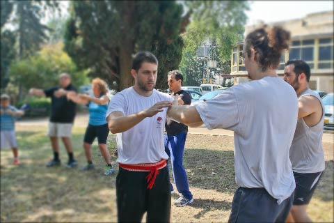 תום בשיעור צ'י קונג בחיפה מסביר ומתקן תרגיל צ'י קונג