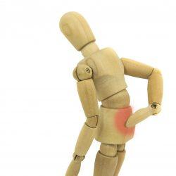תמונה של בובת עץ עם כאב גב תחתון